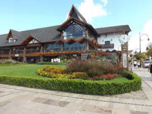 Conheça Gramado com hospedagem no Colina Lagos Hotel